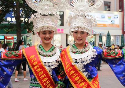 贵州旅游去黔东南蓝莓节看苗族女_发型设计