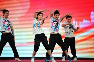 程丹彤健身_梦想先锋代表程丹彤健身队的激情表演